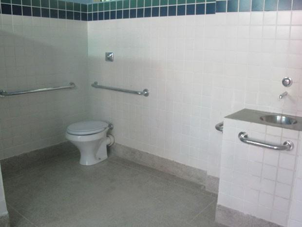 Alojamento para no máximo três jovens, com banheiro, pia  e chuveiro (Foto: Alba Valéria Mendonça)
