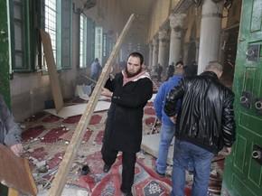 Palestinos recolhem entulhos e limpam o interior da mesquita Al-Aqsa após conflito com policiais israelenses (Foto: AFP Photo/Ahmad Gharabli)