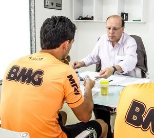 Jogadores realizam exame antidoping no Atlético-MG (Foto: Bruno Cantini)