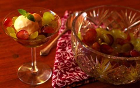 Sobremesa de uvas com calda perfumada de gengibre e limão