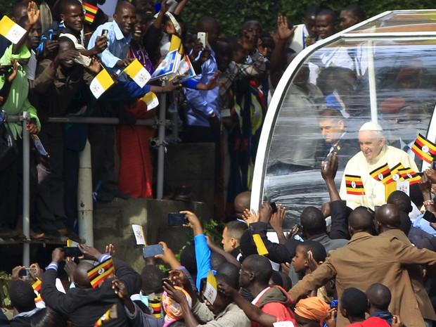 Papa Francisco chega para missa em santuário católico de Namugongo, em Uganda, neste sábado (28) (Foto: James Akena/Reuters)