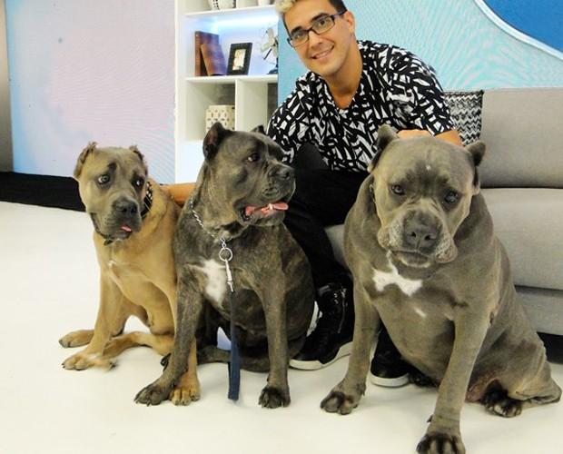 André e suas filhas caninas: Thora, Banha e Gorda (Foto: Laura Fraga/Gshow)