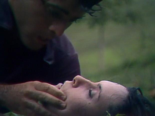 Carina quase se afoga no rio e André a socorre.