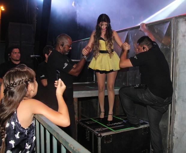 Paula Fernandes recebe ajuda de seguranças para descer do palco (Foto: Wesley Costa/Ag News)