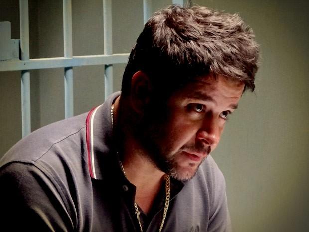 Tufão fica impressionado com a revelação do filho (Foto: Avenida Brasil/TV Globo)