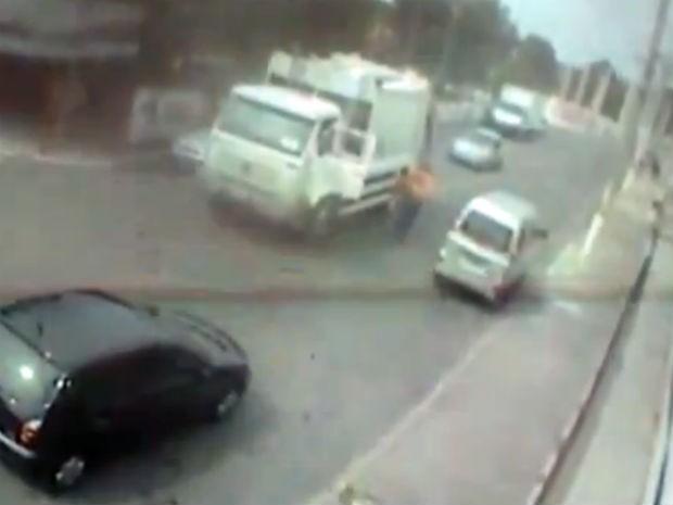 Vídeo mostra momento que coletores de lixo encontram corpo (Foto: Reprodução/Circuito de Segurança)