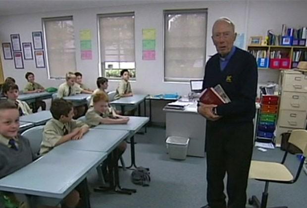 Padre Schneider leciona ensino religioso há quase 50 anos na mesma escola em Sydney (Foto: BBC)