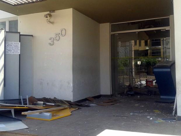 Em uma das agências, o dinheiro de pelo menos dois caixas explodidos foi roubado (Foto: Thiago Luz/ EPTV)