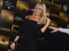 Thalita Zampirolli curte festa com look comportado: 'Mas marca as curvas'