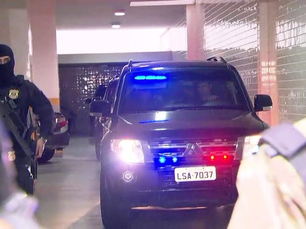 Sérgio Cabral é conduzido por agentes da Polícia Federal após ser preso em seu apartamento no Leblon, no Rio (Foto: Reprodução/GloboNews)