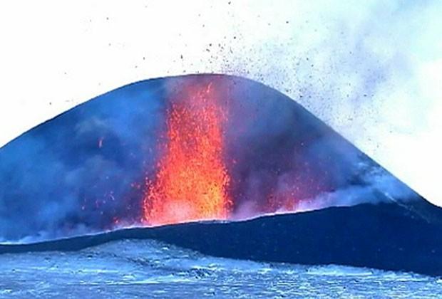 Erupção é a mais forte já registrada do vulcão Plosky Tolbachik (Foto: BBC)
