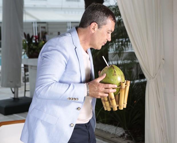 Sabor brasileiro! Antonio Banderas aproveitou a água de coco para refrescar (Foto: Felipe Monteiro / Gshow)