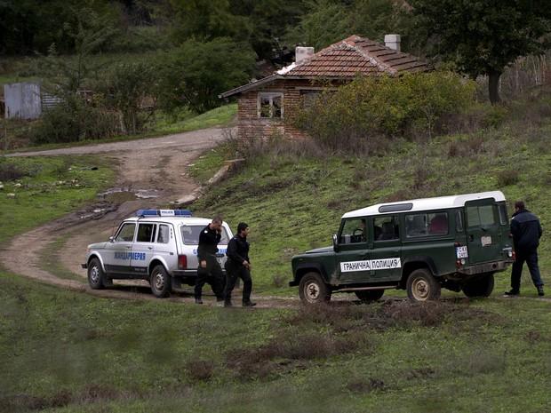 Policiais de fronteira da Bulgária trabalham na área perto da cidade de Sredez, onde um refugiado do Afeganistão morreu ao ser atingido por um disparo de advertência da polícia de fronteira búlgara, perto da fronteira com a Turquia (Foto: Nikolay Doychinov/AFP)