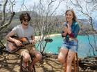 Exclusivo! Chay Suede toca violão, gaita e canta em praia mais bela do mundo