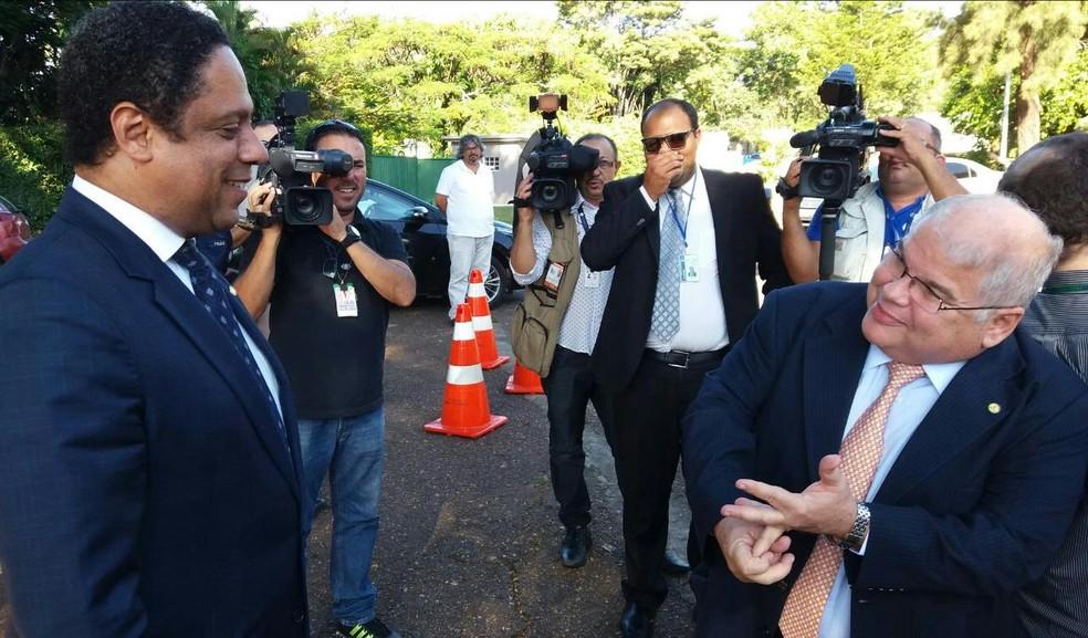 Deputado Orlando Silva (PCdoB-SP) e o presidente da comissão da reforma política, Lúcio Vieira Lima (PMDB-BA) (Foto: Bernardo Caram)