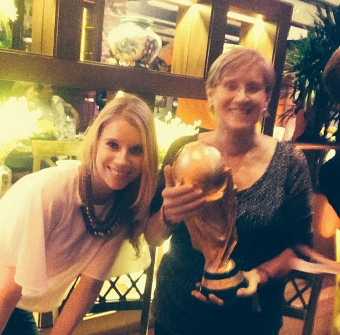 mãe e irmã de Schürrle com a taça de campeão (Foto: Reprodução)