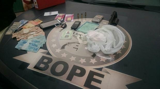 Um revólver, dinheiro e droga foram apreendidos com os suspeitos. (Foto: Divulgação/PM-AL)