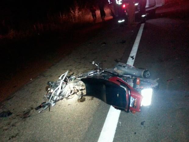 Os dois ocupantes da motocicleta morreram no acidente na BR-406 (Foto: Divulgação/PRF)