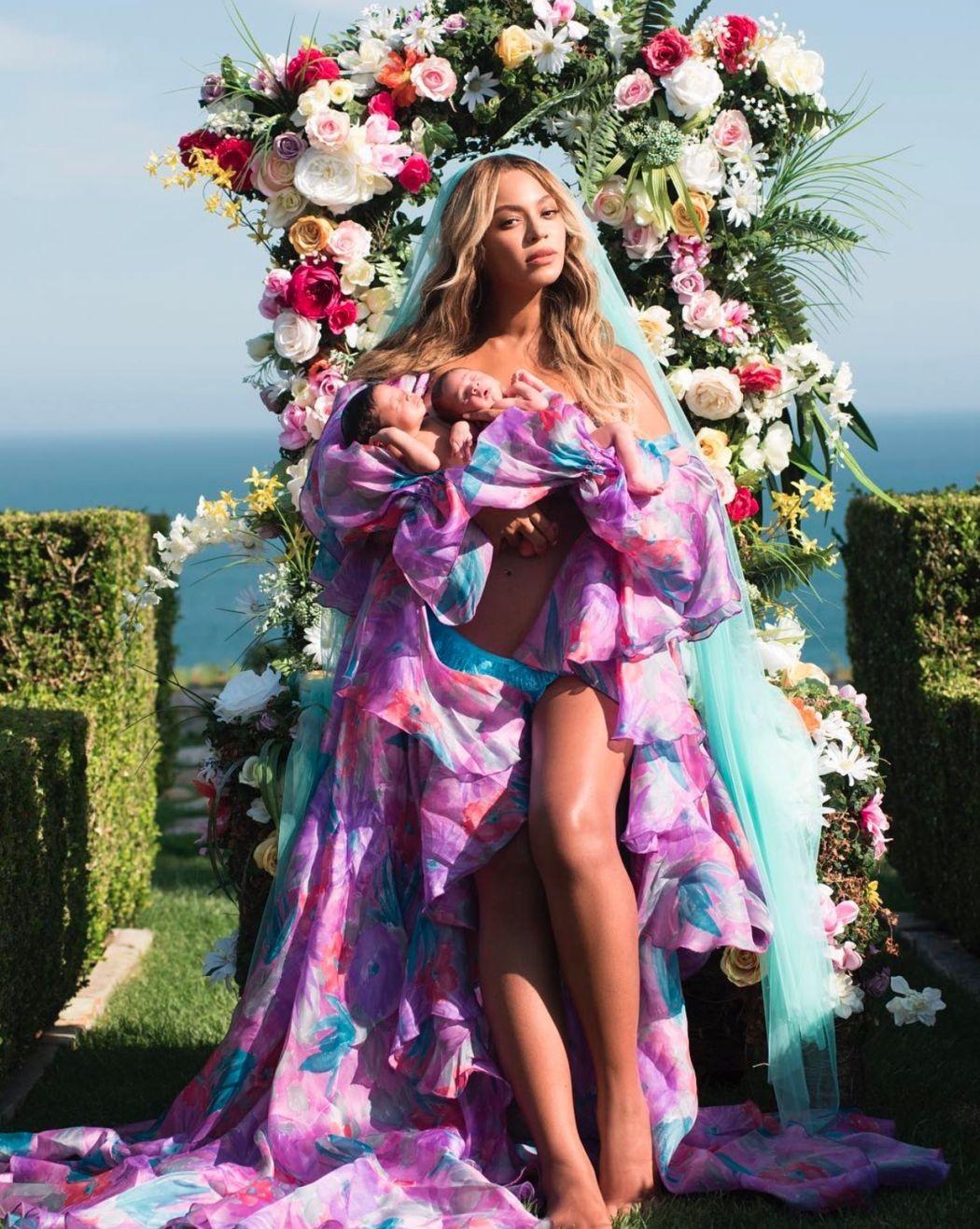 Beyoncé apresenta os gêmeos ao mundo – a bordo de vestido de estilista espanhol (Foto: Reprodução/Instagram)
