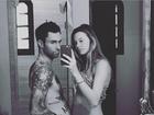 Adam Levine brinca e compara sua barriga com a de Behati Prinsloo