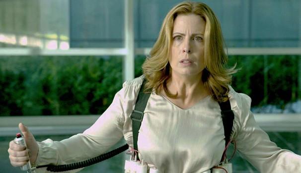 Marie Wirth (Martha Byrne) precisa entrar no prédio da CIA com bomba (Foto: Divulgação/Reprodução)