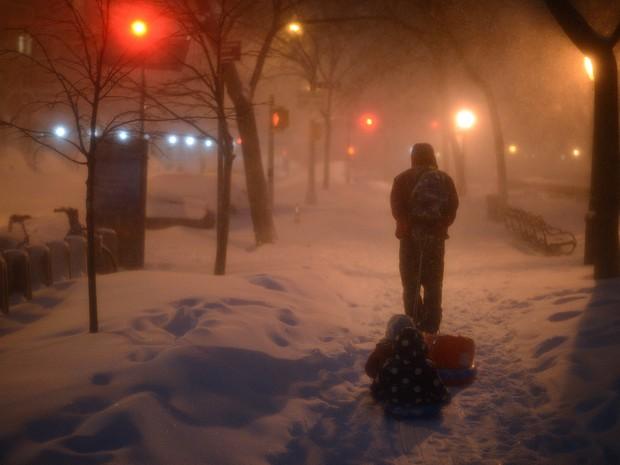 Tempestade de neve deve perdem força a partir deste domingo (24) nos Estados Unidos (Foto: Astrid Riecken/Getty Images/AFP)