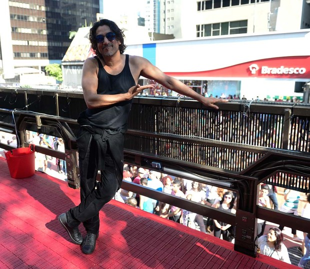 Naveen Andrews, o Sayid da série Lost, na parada Gay (Foto: Francisco Cepeda/AGNews-SP)