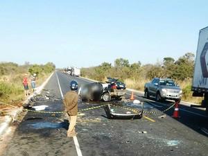 Todas as vítimas fatais estavam no carro, com placa de Montes Claros (Foto: Divulgação / Samu)