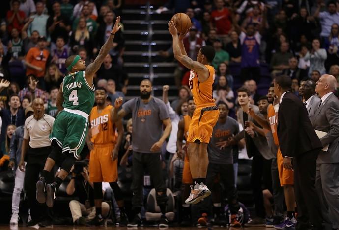 Tyler Ulis arremessa, marcado por Isaiah Thomas, e dá a vitória ao Phonix Suns contra os Celtics (Foto: Getty Images)