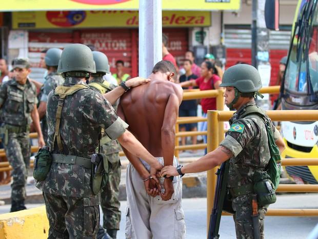 Soldados do Exército prendem suspeito de arrastões em Olinda (Foto: Sérgio Bernardo/JC Imagem)