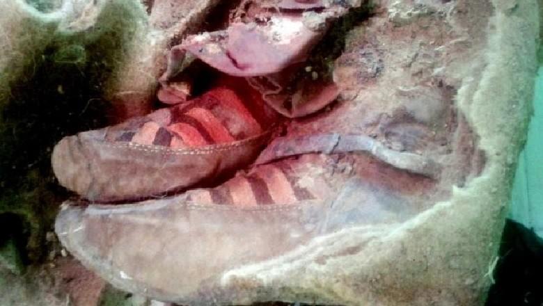 Múmia foi encontrada usando um par de tênis bastante moderno (Foto: Divulgação)