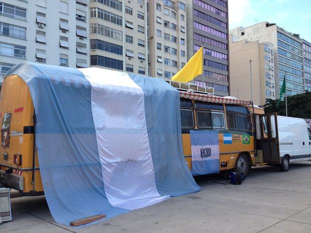 Ônibus argentino está estacionado em posto de gasolina em Copacabana (Foto: Káthia Mello/G1)