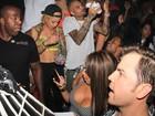 Sem Rihanna, Chris Brown festeja aniversário em boate