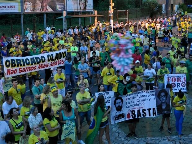Cartazes no protesto em Cuiabá continham reivindicações variadas. (Foto: Carlos Palmeira / G1)
