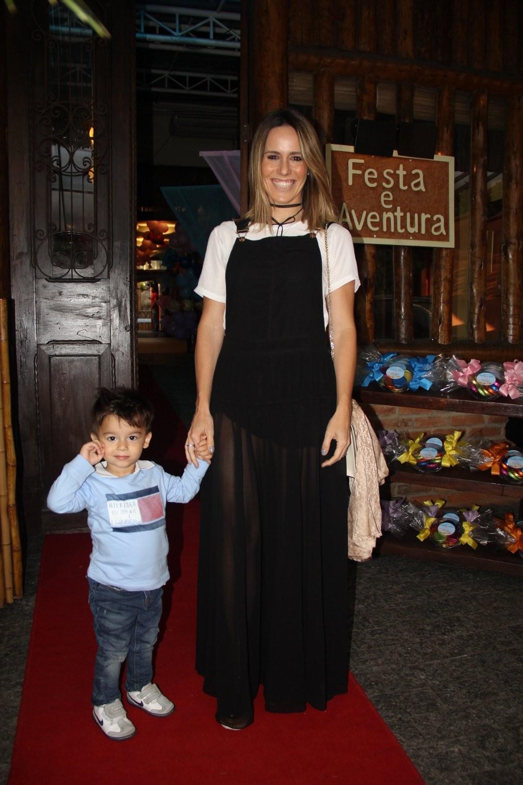 Fernanda Pontes com o filho (Foto: AgNews)