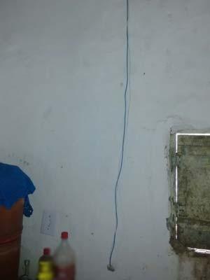 Fio que estava conectado à tela e a energia elétrica na casa da moradora de Itanhém, no sul da Bahia (Foto: Edvaldo Alves/Liberdadenews.com.br)