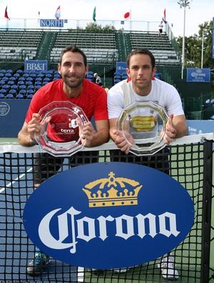 Lipsky e González exibem troféu conquistado em Winston-Salem neste sábado (Foto: Getty Images)