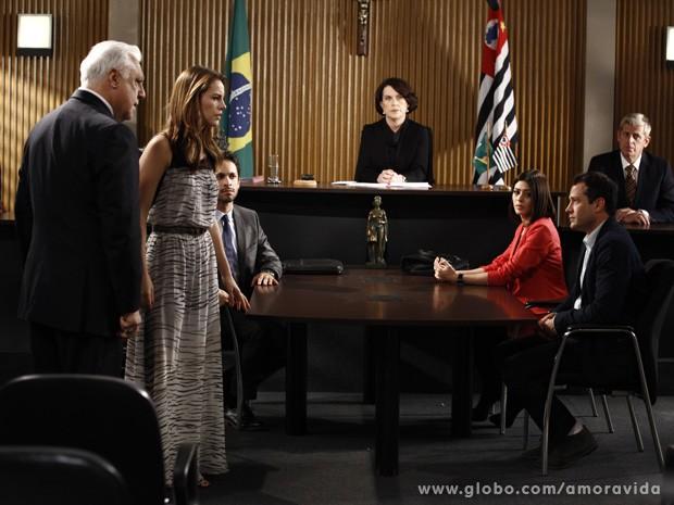 Paloma não acredita no resultado do exame de DNA (Foto: Amor à Vida/TV Globo)