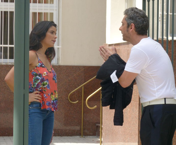 Romero desce com Tóia até a portaria e se declara (Foto: Carolina Berger/Gshow)