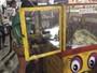 Gandula do Estrela erra chute e quebra vidraça de carrinho de pipoca; Assista!