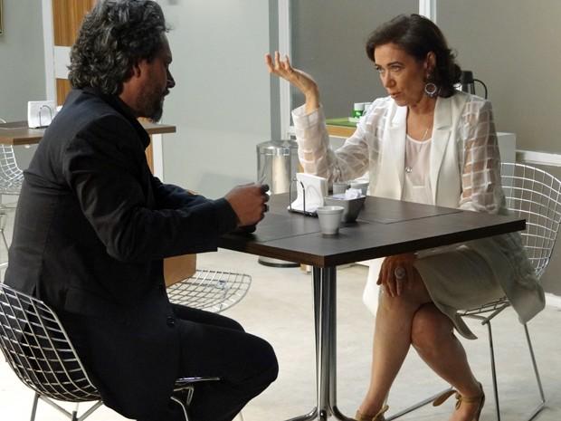Marta tenta convencer Zé de que Lucas não deve se casar (Foto: Gshow)