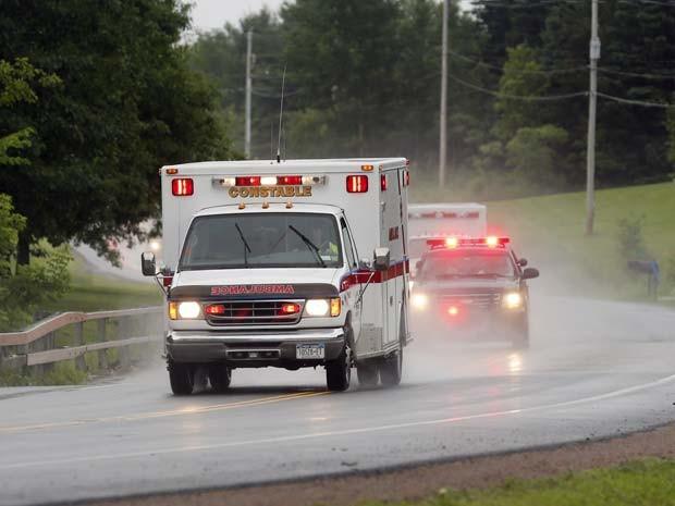 Carros da polícia escoltam ambulância que transporta o prisioneiro foragido David Sweat que foi detido neste domingo (28) em Constable (Foto: AP Photo/Mike Groll)
