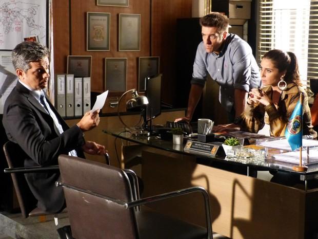 Helô entrega foto de Russo para Haroldo (Foto: Salve Jorge/TV Globo)