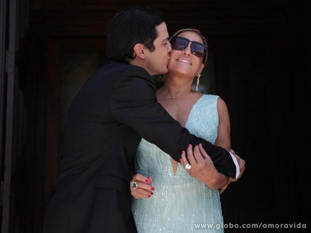 Mateus Solano dá um beijo estalado na diva Susana Vieira (Foto: Pedro Curi/TV Globo)