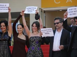 Da esq. para dir., Maeve Jinkings, Sonia Braga, a produtora Emilie Lesclaux, o diretor Kleber Mendonça Filho e Humberto Carrão protestam contra o impeachment da presidente Dilma no Festival de Cannes (Foto: REUTERS/Jean-Paul Pelissier)