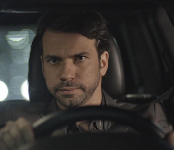 Guto vê Adônis pegando um ônibus e descobre que o irmão de Apolo mentiu o tempo todo (Foto: TV Globo)