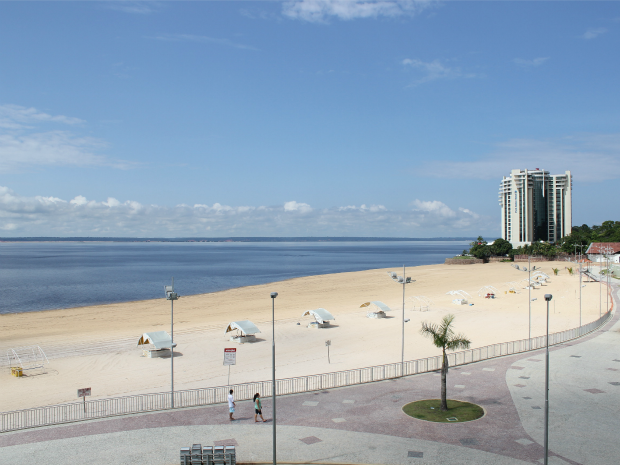 Movimento na praia foi tranquilo na manhã do primeiro dia do ano. Durante madrugada, dez pessoas tentaram invadir local. (Foto: Camila Henriques/G1 AM)