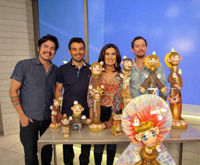 Fátima com o ator Anderson Di Rizzi e os escultores Renato e Eduardo (Foto: Viviane Figueiredo Neto/Gshow)