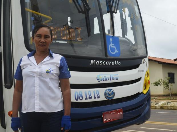 Maria Isabel divide tempo entre o volante e serviços de casa (Foto: Abinoan Santiago/G1)