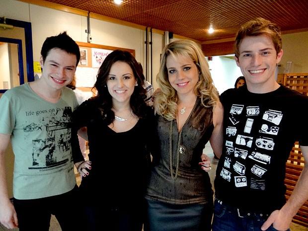 Leo, Kéfera e Maicon posam ao lado de Leandra Leal (Foto: Cheias de Charme / TV Globo)